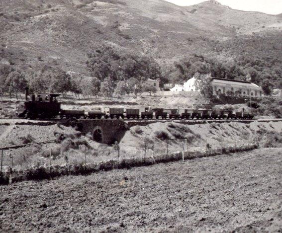 Montevecchio:Il trenino lungo il percorso con i vagoni carichi.