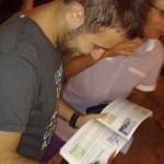 Un Vip che firma autografi
