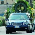 Funerali lampo, è polemica