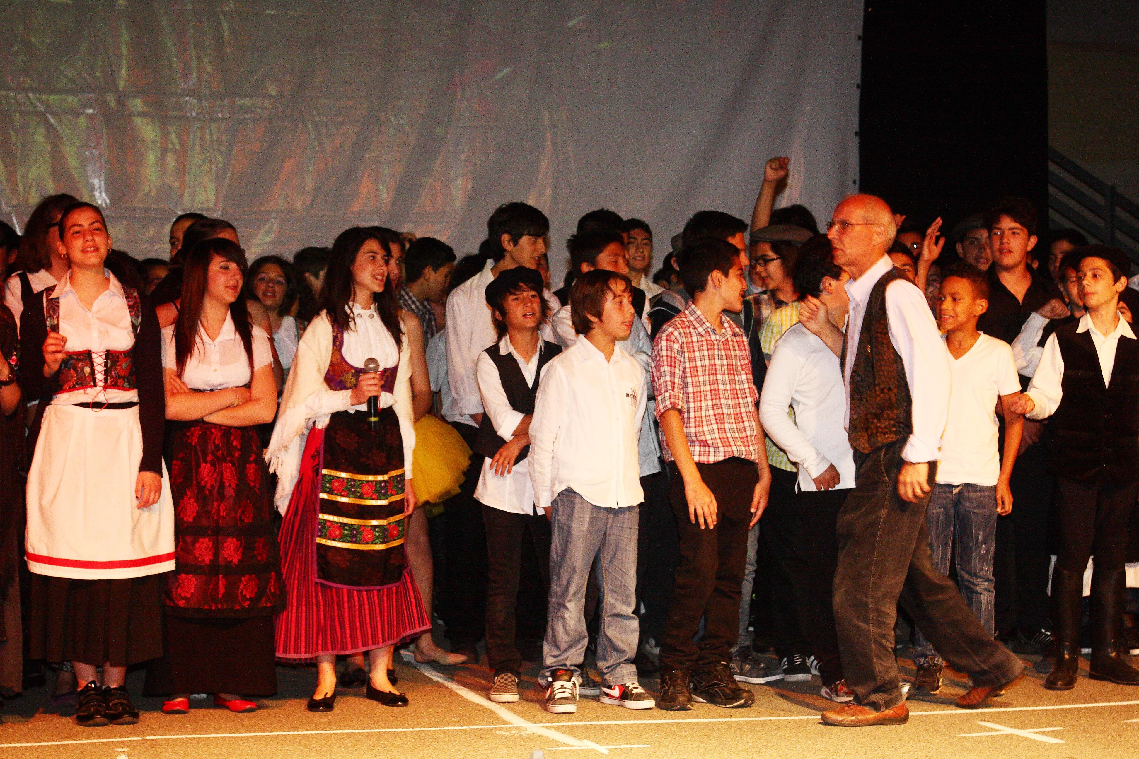 Il professor Sebastiano Vacca insieme ai suoi alunni