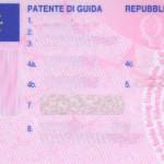 Guida l'auto con la patente falsificata