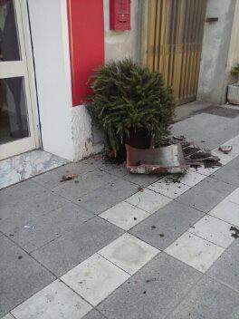 Vaso rotto in via Roma
