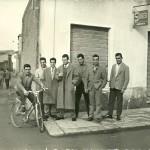 """Baldi giovani (tra cui Antonio """"Nino"""" Solinas) in via Roma angolo via Piave dove oggi c'è un negozio di abiti da sposa"""