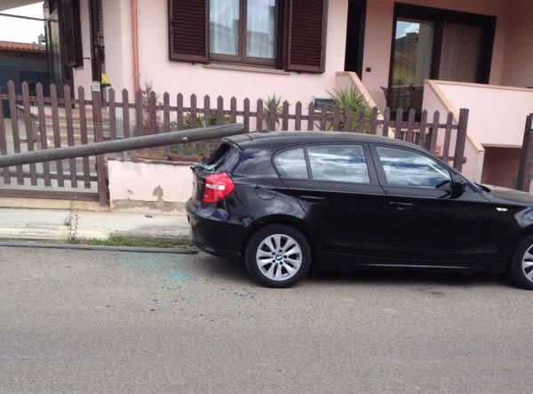 Auto danneggiata da palo in via Galilei