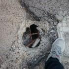 Una buca pericolosa in via Cavour