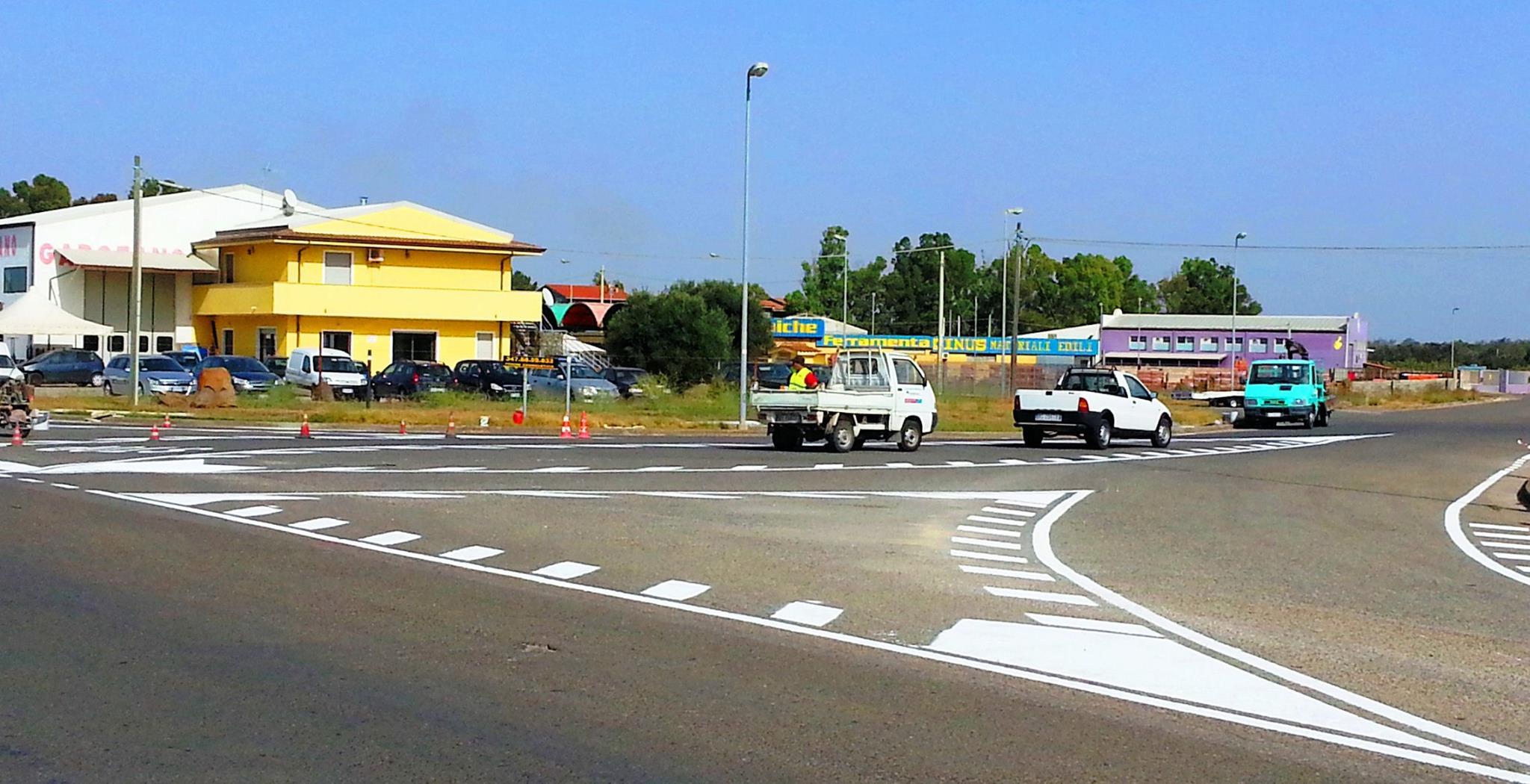 San Gavino Monreale - 9 Ottobre 2014 - Lavori in corso per la realizzazione della segnaletica orizzontale ingresso zona PIP
