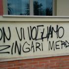 Scritte razziste sul muro della biblioteca