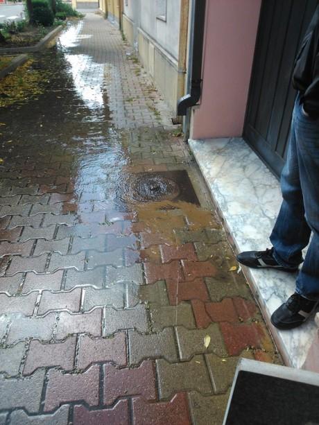 Grossa perdita d'acqua in via Trento