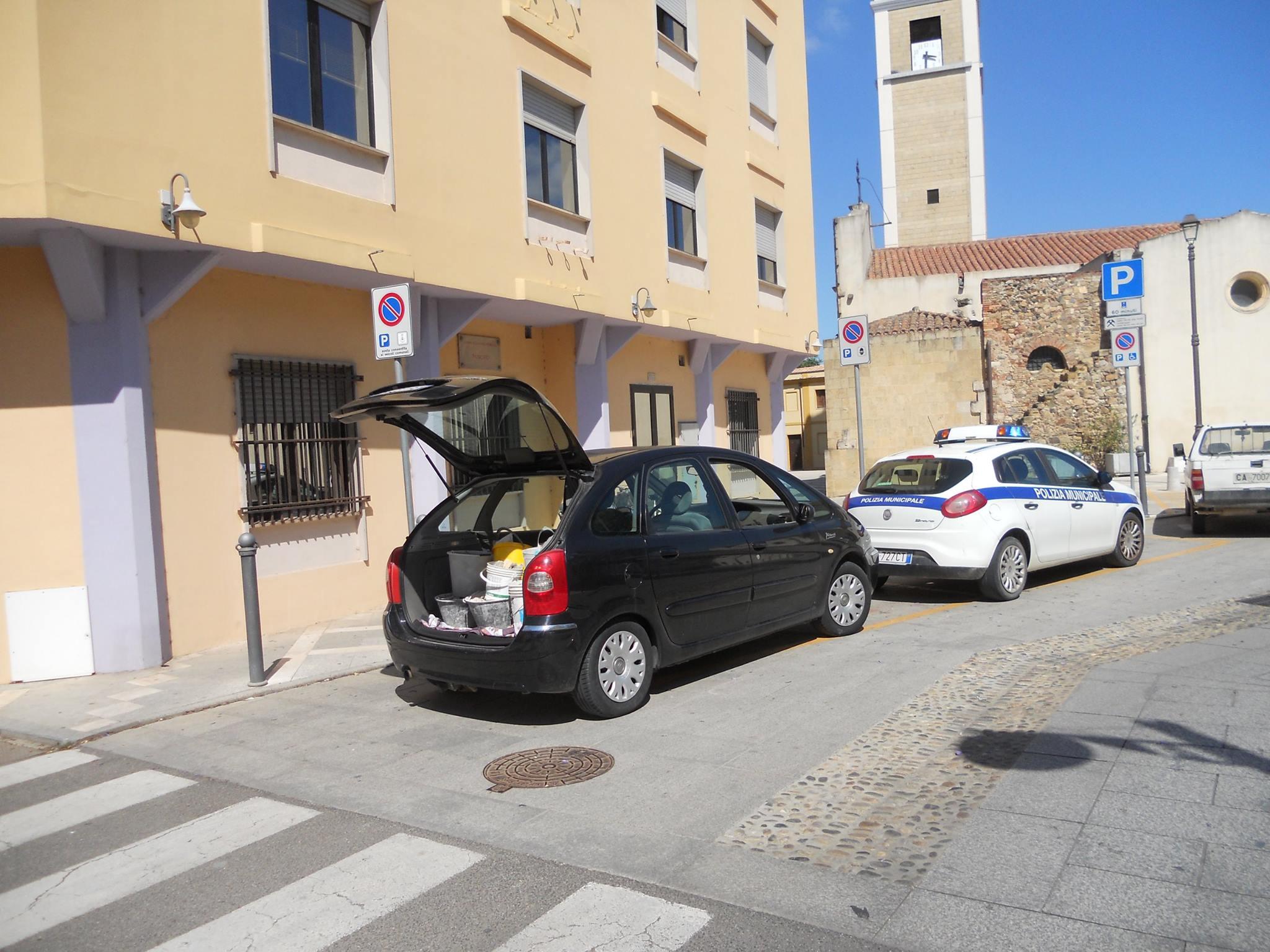 L'auto di Antonio Perra parcheggiata per protesta davanti al Municipio