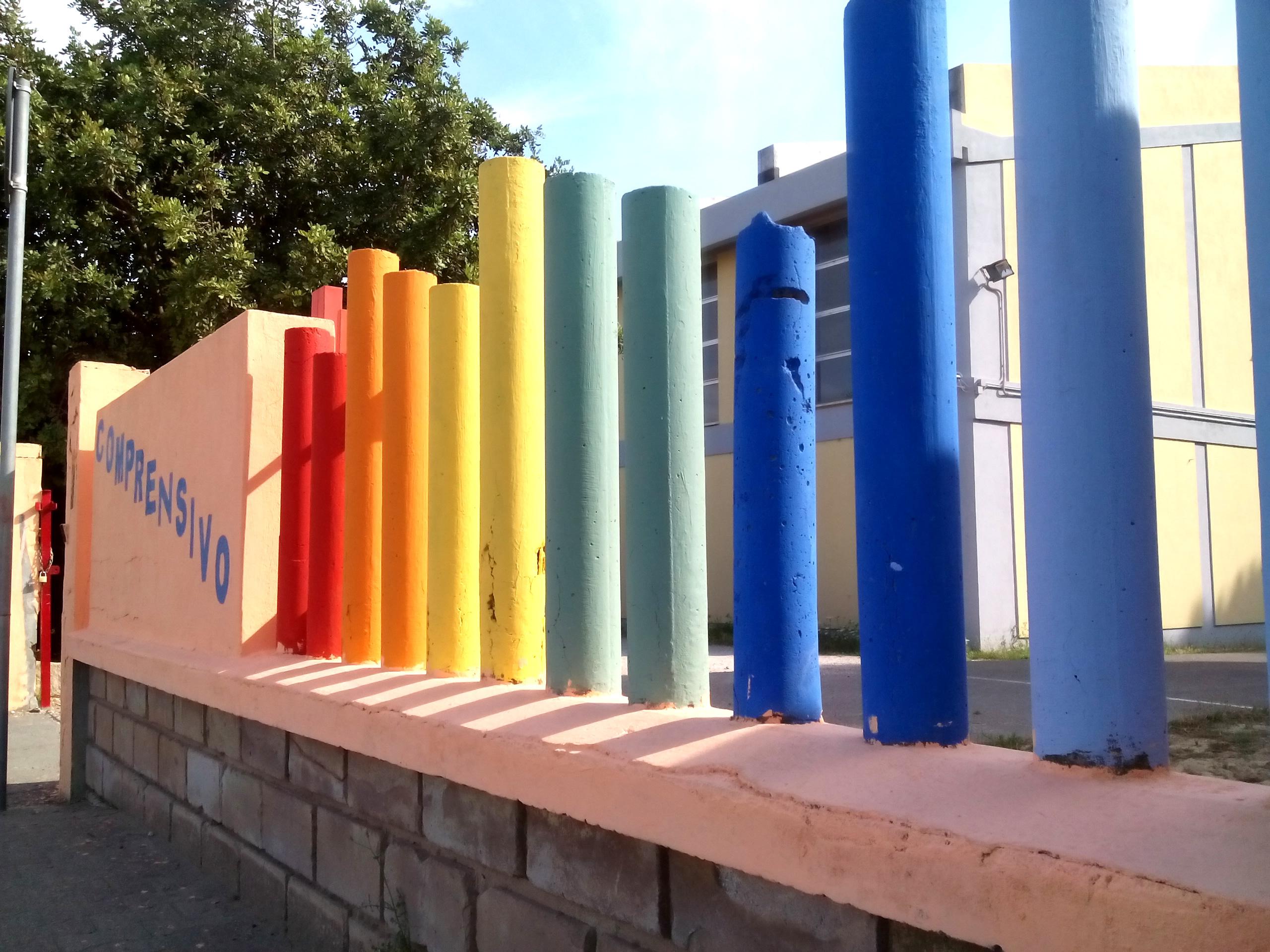 Una pioggia di colori sulle Scuole Medie