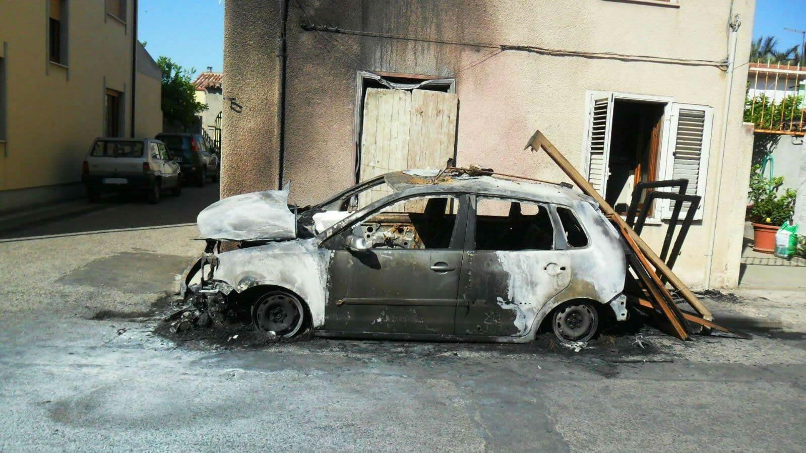 Auto a fuoco in via Eleonora d'Arborea