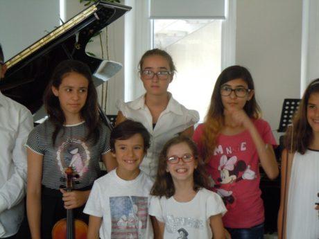 (in alto da sinistra)  Gaia Serra (violino) e di fianco Jenia Olivo  (pianoforte) vincitrici, ex aequo, della borsa di studio per la categoria Junior