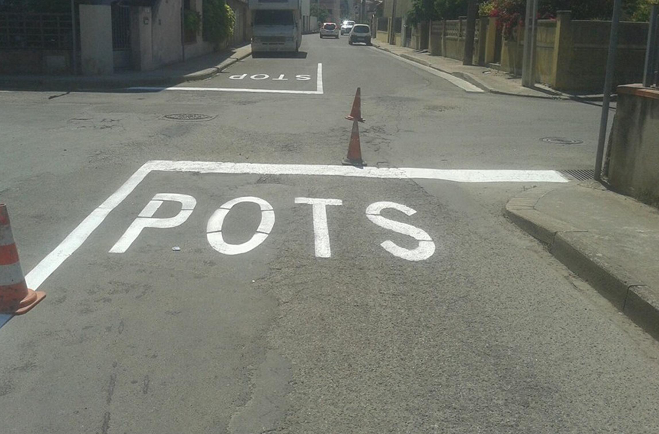 Curiosa segnaletica stradale a San Gavino