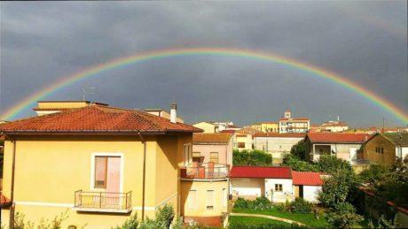 Chi desidera vedere l'arcobaleno, deve imparare ad amare la pioggia