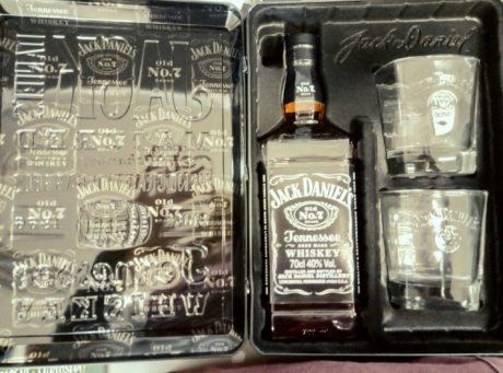 Per tutti i collezionisti, amanti del miglior whiskey americano, direttamente dal #Tennessee, bellissima confezione in latta contenente una bottiglia di #JACK DANIEL'S + 2 bicchieri al prezzo stracciato di 22.90€