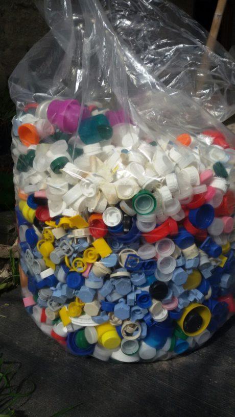 Raccolta tappi di plastica, consegnato il primo sacco