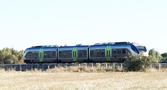 Tragedia sui binari della ferrovia: giovane muore travolto dal treno diretto a Cagliari