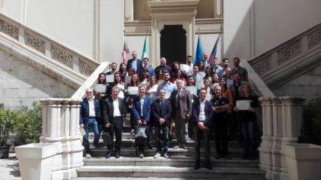 Foto di gruppo  con alcuni degli studenti premiati, il Presidente Regionale ed altri presidenti di sezione e\o provinciali.