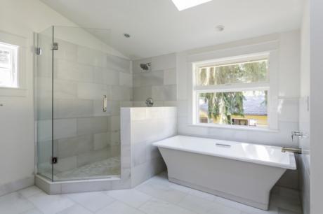 Ristrutturazione del bagno: scegliere la vasca o la doccia?