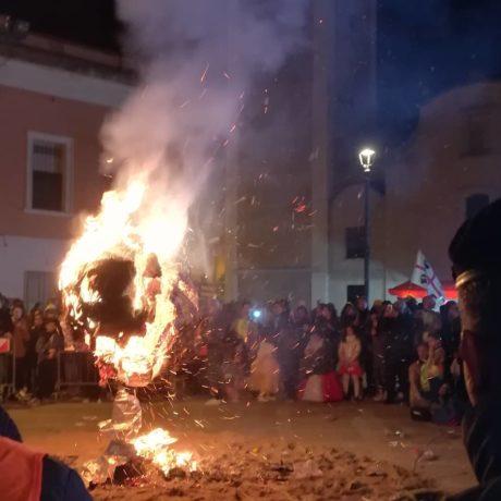 """""""Baballotti News"""": il 35° Carnevale Sangavinese saluta con il rogo in piazza del carro Su Baballotti"""