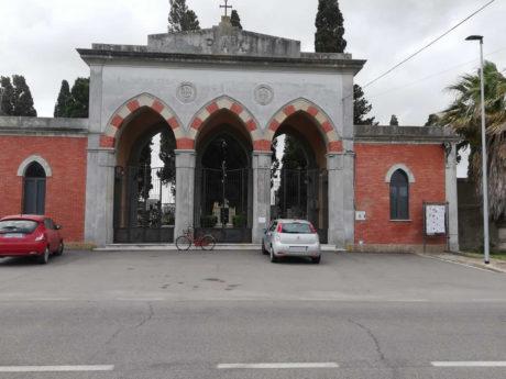 Forte vento, il cimitero resta chiuso