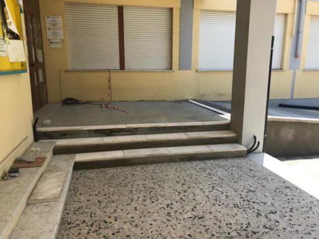 Scuole Medie: via i gradini, ecco la rampa di accesso