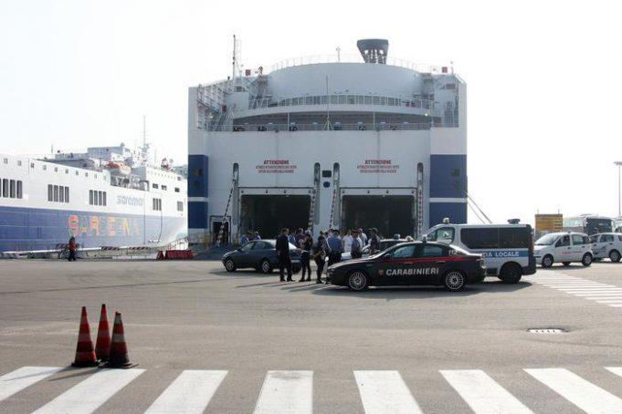Imbarco traghetti - foto ANSA