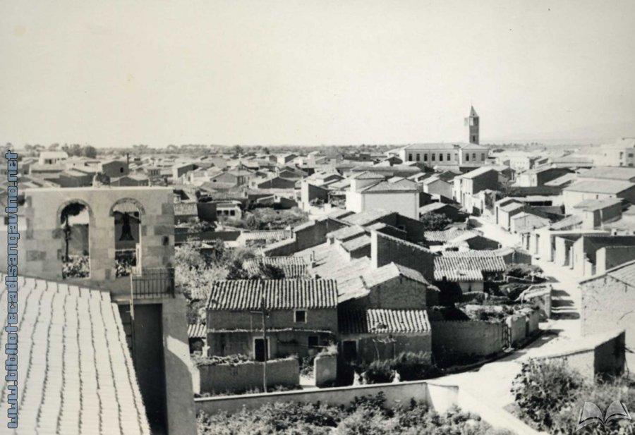 [Veduta paese da scuole vescovili] () - Archivio Roberto Corrias
