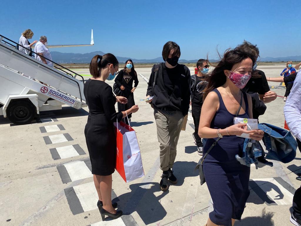 Nelle foto: le hostess mentre consegnano l'omaggio della Coldiretti e il gel igienizzante al mirto.