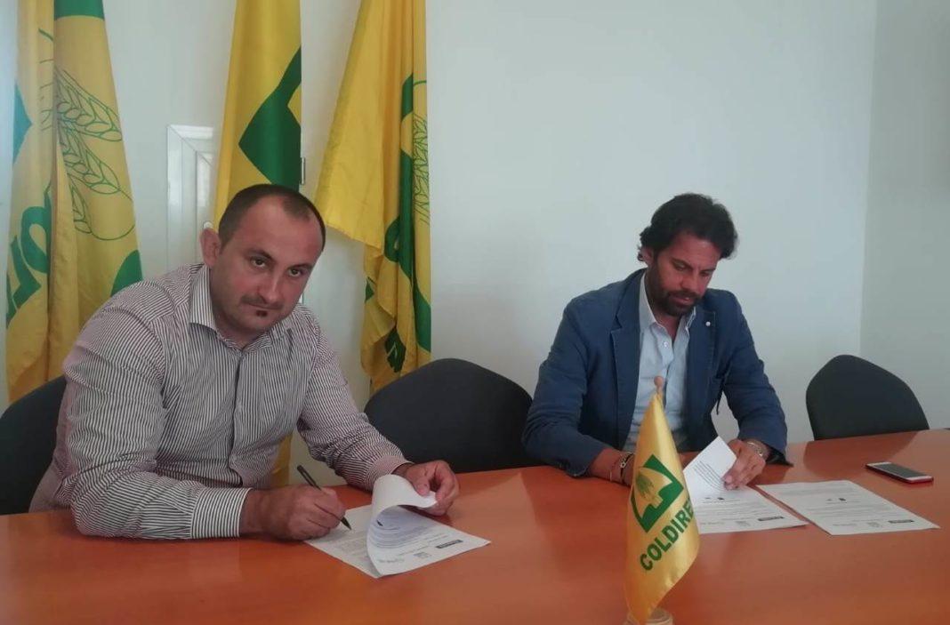 Nella foto la firma dell'accordo di filiera. A sinistra il presidente di Coldiretti Cagliari Giorgio Demurtas a destra Vito Savino, direttore vendite del Gruppo Casillo