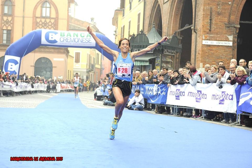 Claudia Pinna vincitrice del titolo italiano assoluto di mezza maratona a Cremona, nel 2013