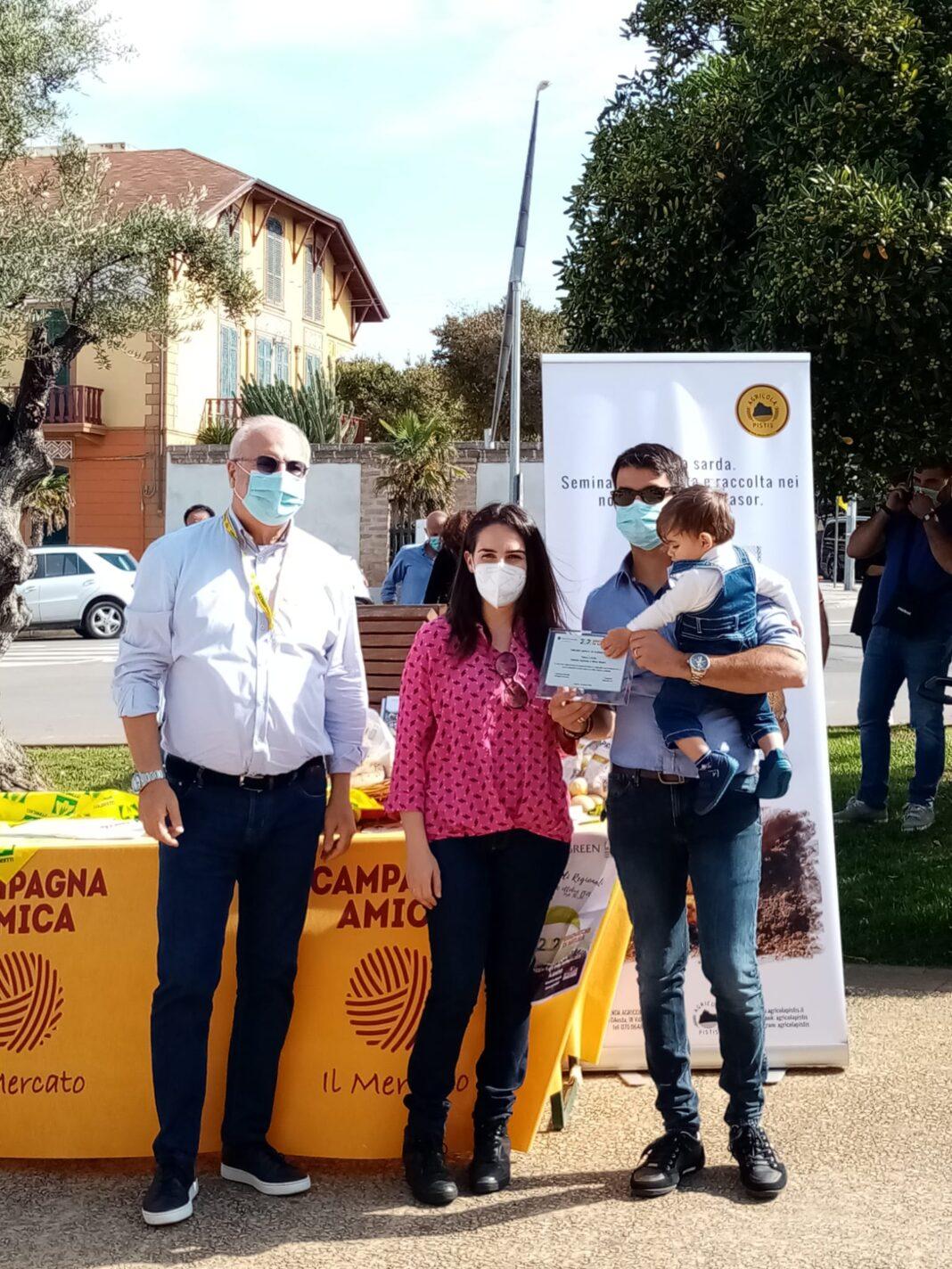 Nella foto il direttore generale del Banco di Sardegna Giuseppe Cuccurese premia i giovani Marco Ghiani e Carla Mura.
