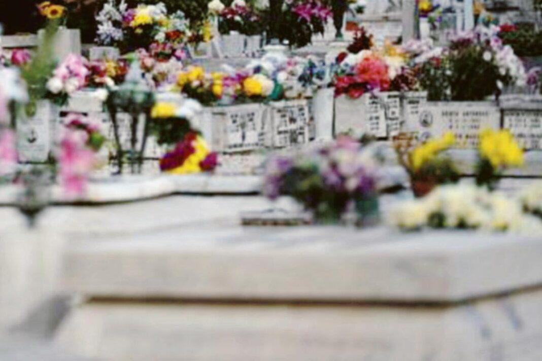 Rubano anche i fiori: i ladri non risparmiano neanche il cimitero